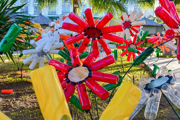 Vườn hoa nảy mầm từ rác thải nhựa - Ảnh 3.