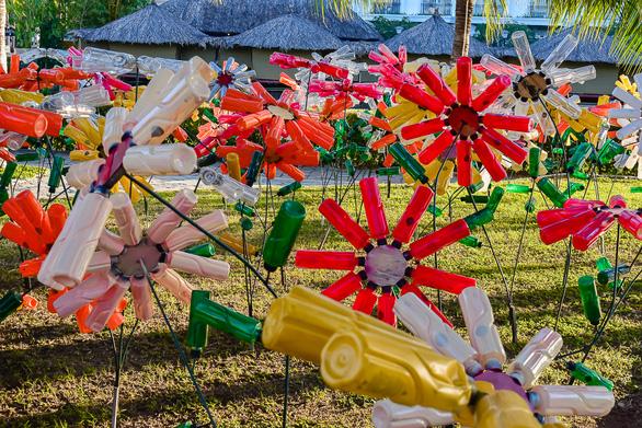 Vườn hoa nảy mầm từ rác thải nhựa - Ảnh 1.