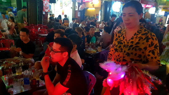 Tiệc đêm Giáng sinh nhà hàng, quán ăn Sài Gòn nườm nượp khách - Ảnh 12.