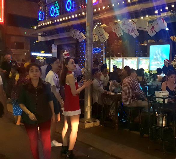 Tiệc đêm Giáng sinh nhà hàng, quán ăn Sài Gòn nườm nượp khách - Ảnh 5.