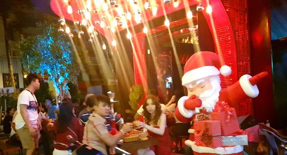 Tiệc đêm Giáng sinh nhà hàng, quán ăn Sài Gòn nườm nượp khách - Ảnh 2.