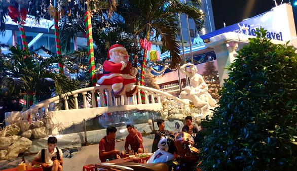 Tiệc đêm Giáng sinh nhà hàng, quán ăn Sài Gòn nườm nượp khách - Ảnh 10.