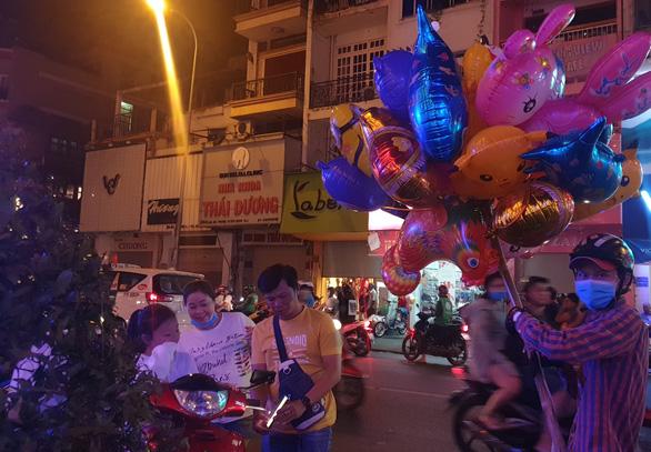 Tiệc đêm Giáng sinh nhà hàng, quán ăn Sài Gòn nườm nượp khách - Ảnh 11.
