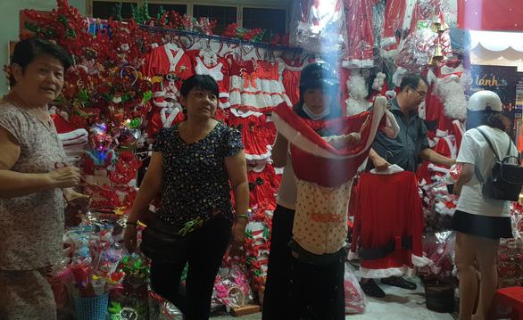 Tiệc đêm Giáng sinh nhà hàng, quán ăn Sài Gòn nườm nượp khách - Ảnh 7.