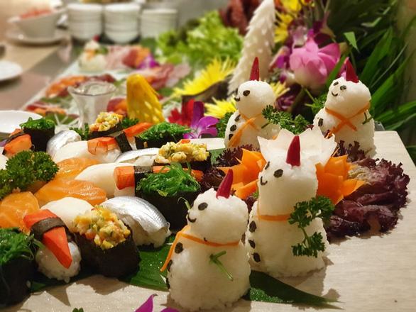 Tiệc đêm Giáng sinh nhà hàng, quán ăn Sài Gòn nườm nượp khách - Ảnh 6.