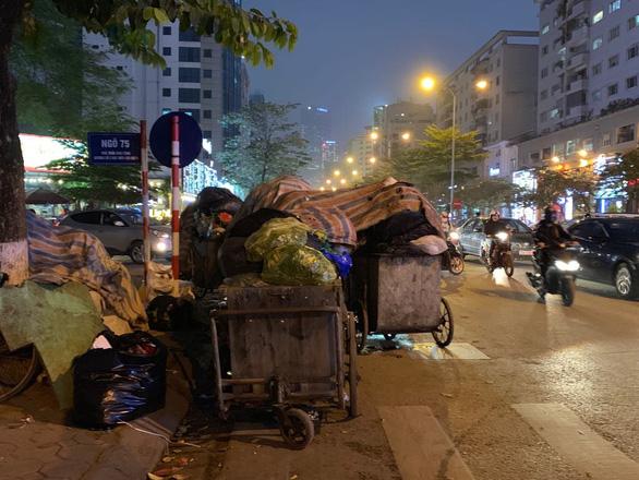 Hà Nội hỏa tốc phân luồng rác sau khi dân chặn xe vào bãi rác Sóc Sơn - Ảnh 1.