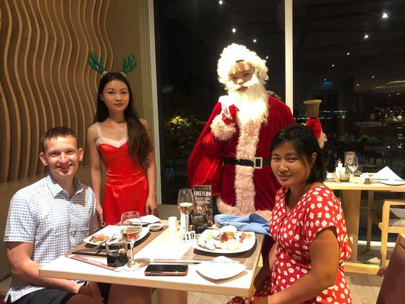 Tiệc đêm Giáng sinh nhà hàng, quán ăn Sài Gòn nườm nượp khách - Ảnh 1.