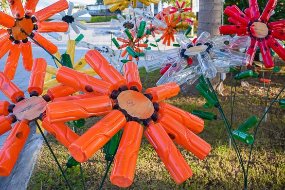 Vườn hoa 'nảy mầm' từ rác thải nhựa
