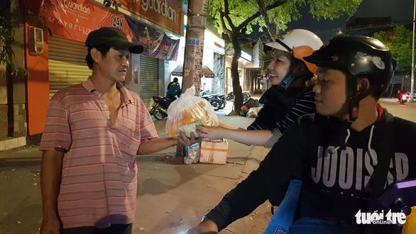 Tình người sưởi ấm đêm lạnh Sài Gòn mùa Giáng sinh - Ảnh 10.