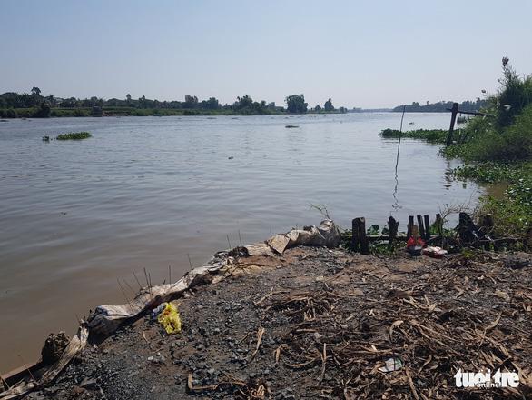 Nô đùa ven sông Hậu, một học sinh lớp 5 trượt chân chết đuối - Ảnh 1.