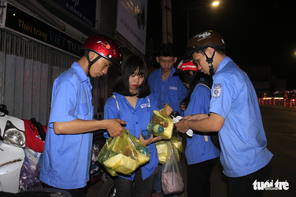 Tình người sưởi ấm đêm lạnh Sài Gòn mùa Giáng sinh - Ảnh 7.