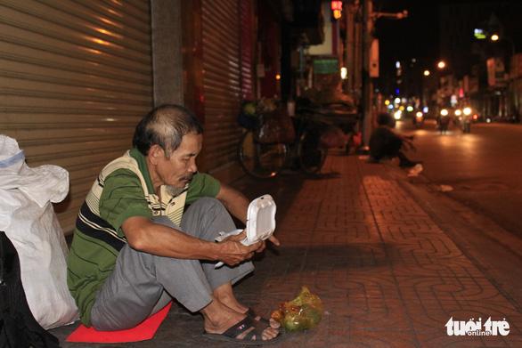 Tình người sưởi ấm đêm lạnh Sài Gòn mùa Giáng sinh - Ảnh 12.