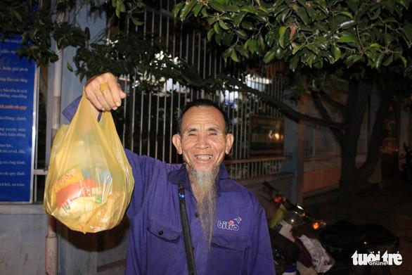 Tình người sưởi ấm đêm lạnh Sài Gòn mùa Giáng sinh - Ảnh 13.