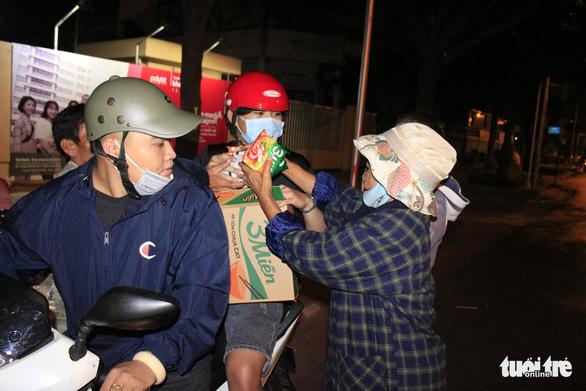 Tình người sưởi ấm đêm lạnh Sài Gòn mùa Giáng sinh - Ảnh 11.