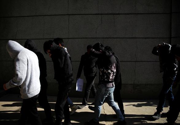 Nepal bắt giữ 122 nghi phạm người Trung Quốc gian lận tài chính - Ảnh 2.