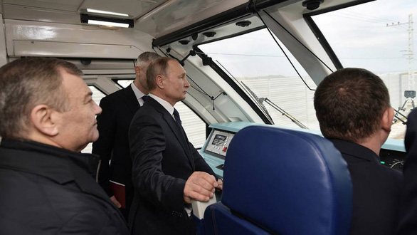 Tổng thống Nga khai trương tuyến xe lửa nối Crimea - Ảnh 1.