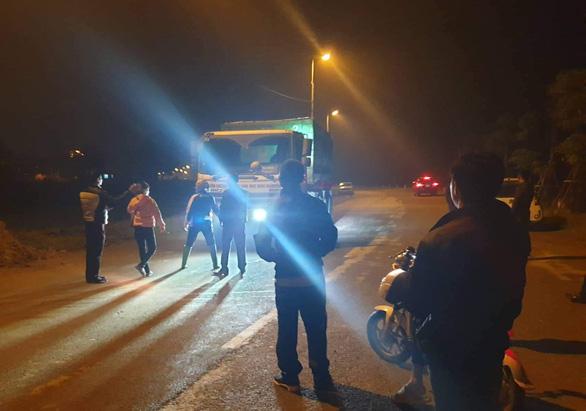 Lần thứ 6 dân ngăn xe rác vào bãi rác Sóc Sơn - Ảnh 1.