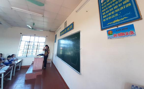 Tặng giấy khen cho trường đặt tên lớp theo các đảo ở Trường Sa - Ảnh 4.