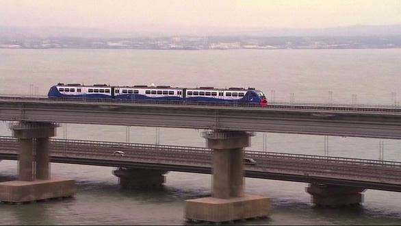 Nga khánh thành cầu đường sắt vượt Eo biển Kerch dài nhất châu Âu - Ảnh 1.