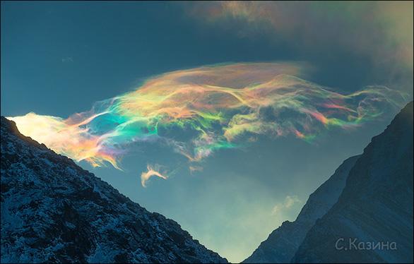 Chiêm ngưỡng mây cầu vồng hiếm thấy trên đỉnh núi cao nhất Siberia - Ảnh 1.