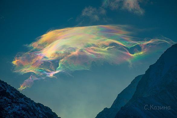 Chiêm ngưỡng mây cầu vồng hiếm thấy trên đỉnh núi cao nhất Siberia - Ảnh 4.