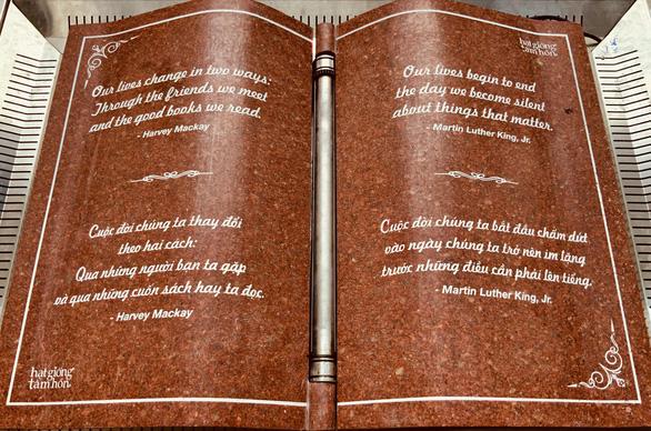 Ra mắt quyển sách đá kỷ niệm Hạt giống tâm hồn 17 tuổi - Ảnh 1.