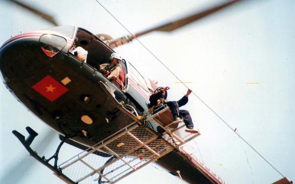 Những người nhện xuyên Việt - Kỳ 5: Bay trực thăng sửa dây cáp quang - Ảnh 1.
