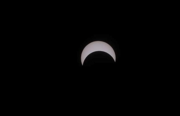 Hình ảnh nhật thực cuối cùng thập kỷ ở TP.HCM trưa nay