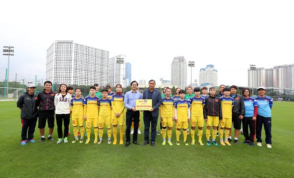 Bitas trao tặng 100 triệu đồng cho đội tuyển bóng đá nữ Việt Nam - Ảnh 2.