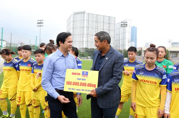 Bitas trao tặng 100 triệu đồng cho đội tuyển bóng đá nữ Việt Nam - Ảnh 1.