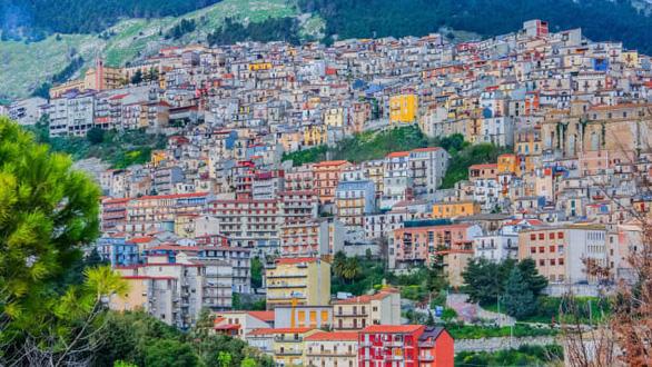 Lôi kéo người dân từ thành thị về nông thôn, Ý rao bán nhà 1 euro - Ảnh 2.