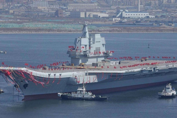 Trung Quốc đưa tàu sân bay tự đóng đi ngang eo biển Đài Loan - Ảnh 1.