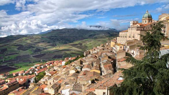 Lôi kéo người dân từ thành thị về nông thôn, Ý rao bán nhà 1 euro - Ảnh 1.