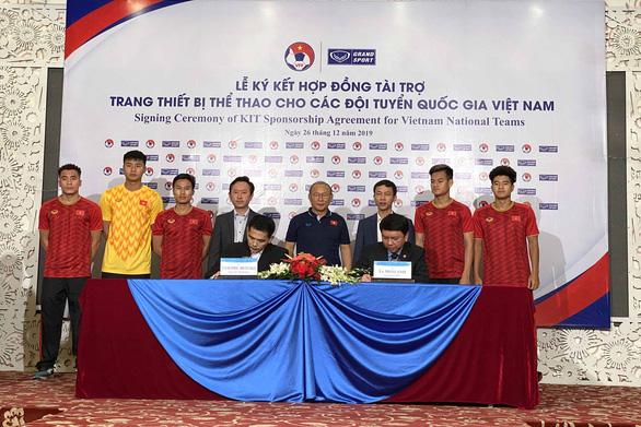Bóng đá Việt Nam tiếp tục gắn bó với người Thái - Ảnh 1.
