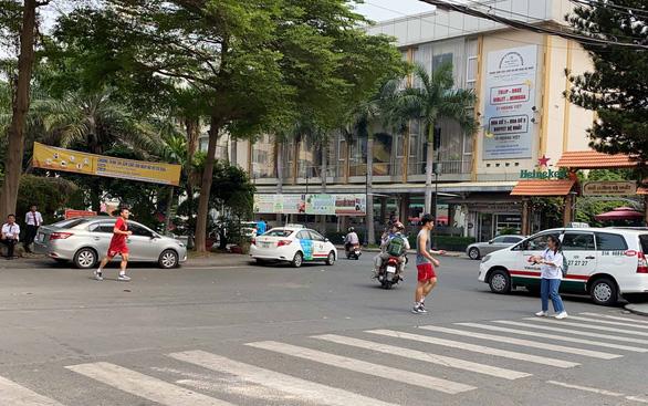 Quang Hải, Đình Trọng, Thành Chung tranh thủ tập gym trước giờ ăn trưa - Ảnh 1.