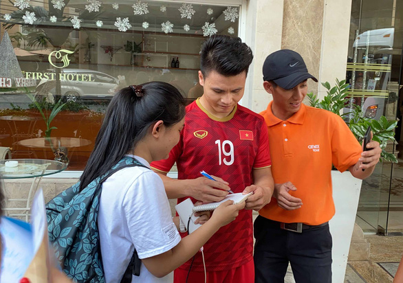 Quang Hải, Đình Trọng, Thành Chung tranh thủ tập gym trước giờ ăn trưa - Ảnh 3.