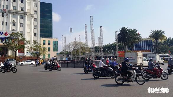 Sân khấu chương trình đón năm mới ở Huế bị phản ứng vì dựng không phép giữa quốc lộ - Ảnh 1.
