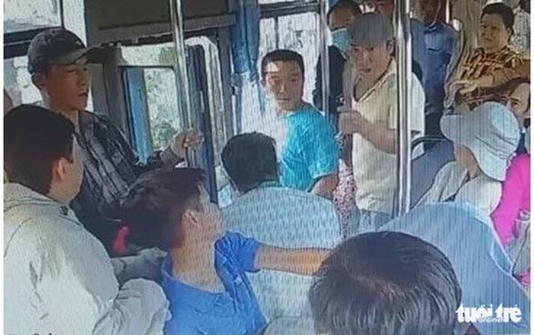 Điều tra 2 người cầm dao đe dọa tài xế xe buýt - Ảnh 1.