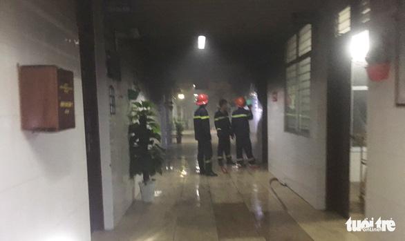 Bệnh nhân nghi đốt bệnh viện, bác sĩ tá hỏa bỏ chạy lúc rạng sáng - Ảnh 1.
