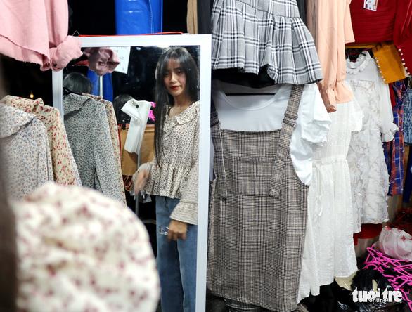 Sinh viên ôm hàng bán online ra shop khởi nghiệp - Ảnh 2.