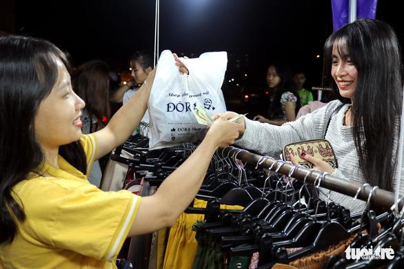 Sinh viên ôm hàng bán online ra shop khởi nghiệp - Ảnh 3.