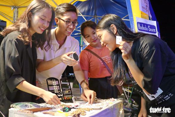 Sinh viên ôm hàng bán online ra shop khởi nghiệp - Ảnh 4.