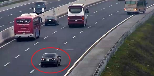 Liều lĩnh chạy lùi trên cao tốc, xe con suýt bị xe khách đâm - Ảnh 3.