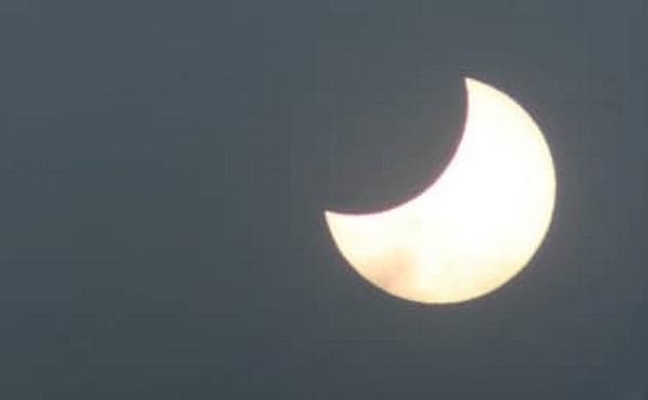 Hình ảnh nhật thực cuối cùng thập kỷ ở TP.HCM trưa nay - Ảnh 15.