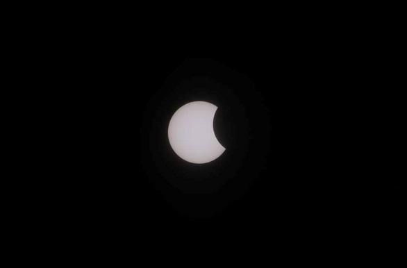 Hình ảnh nhật thực cuối cùng thập kỷ ở TP.HCM trưa nay - Ảnh 12.