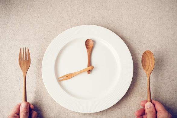 Nhịn ăn gián đoạn có thể giúp kéo dài tuổi thọ - Ảnh 2.