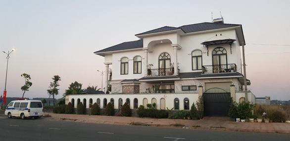 Truy bắt tên cướp nghi dùng súng xông vào biệt thự cướp tiền nữ bí thư huyện - Ảnh 2.