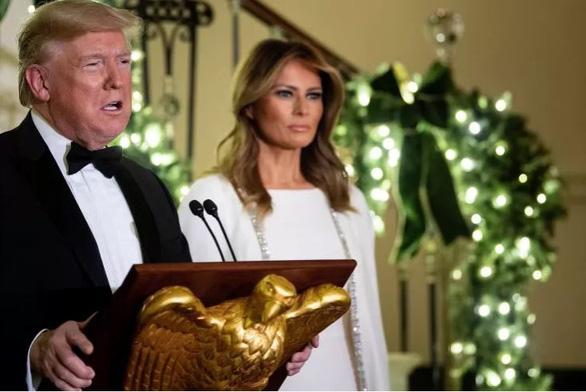 Tại sao vợ ông Trump hiếm khi cười? - Ảnh 1.