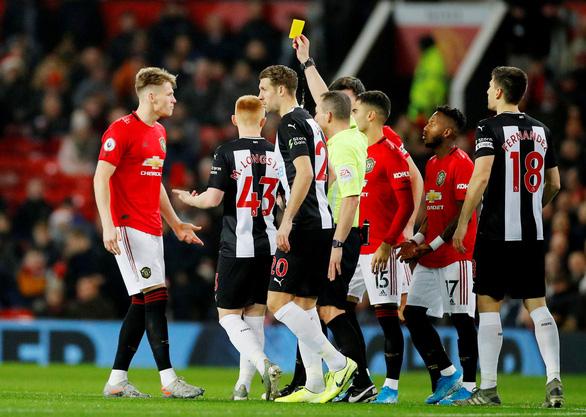 Sao trẻ M.U lãnh thẻ vàng nhanh kỷ lục ở Premier League - Ảnh 1.