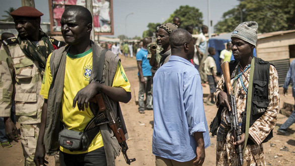 Tiểu thương nổ súng chống trả các nhóm dân quân tự vệ đòi tiền bảo kê - Ảnh 2.